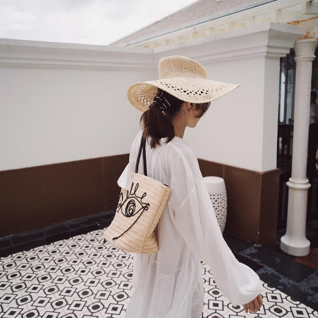 áo sơmi trắng rộng vải xô tay dài mũ cói túi tote cói