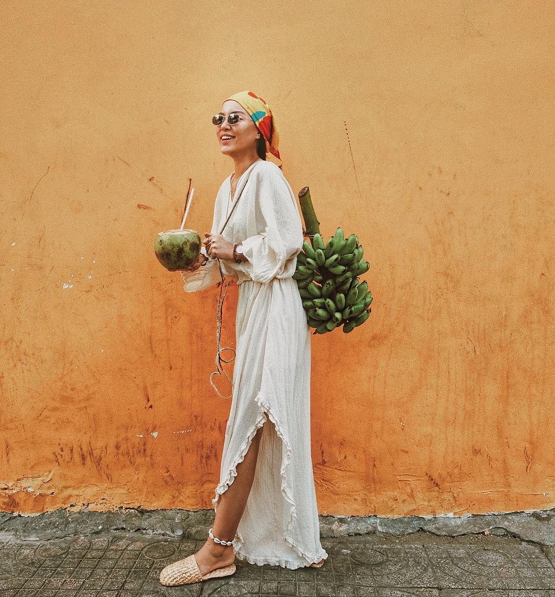 lê hà trúc mặc đầm trắng vải xô phong cách vintage đeo khăn bandana