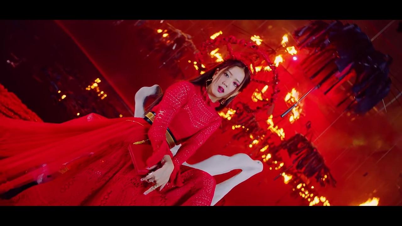 Jisoo blackpink mặc đầu đỏ dài mv how you like that