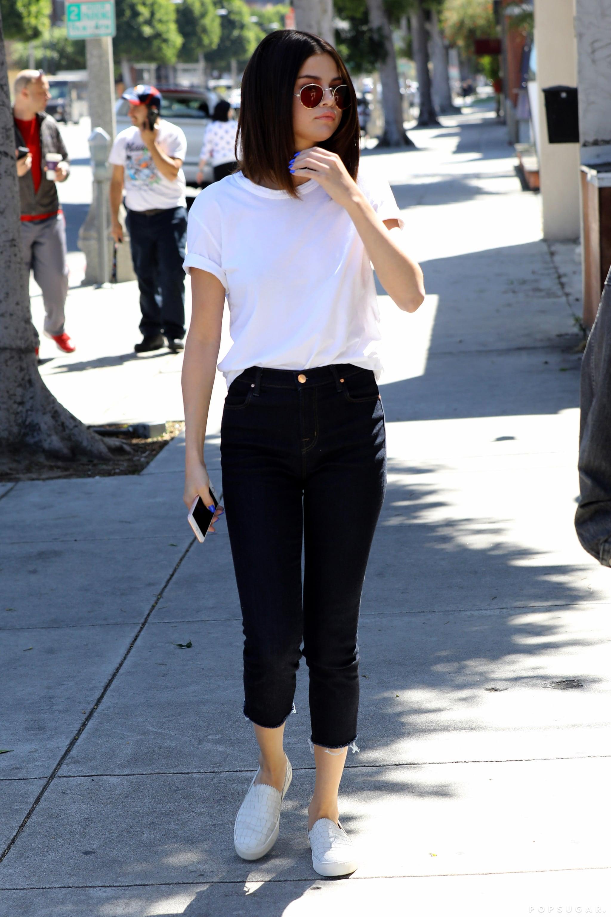 Selena Gomez áo thun, quần jeans và giày lười