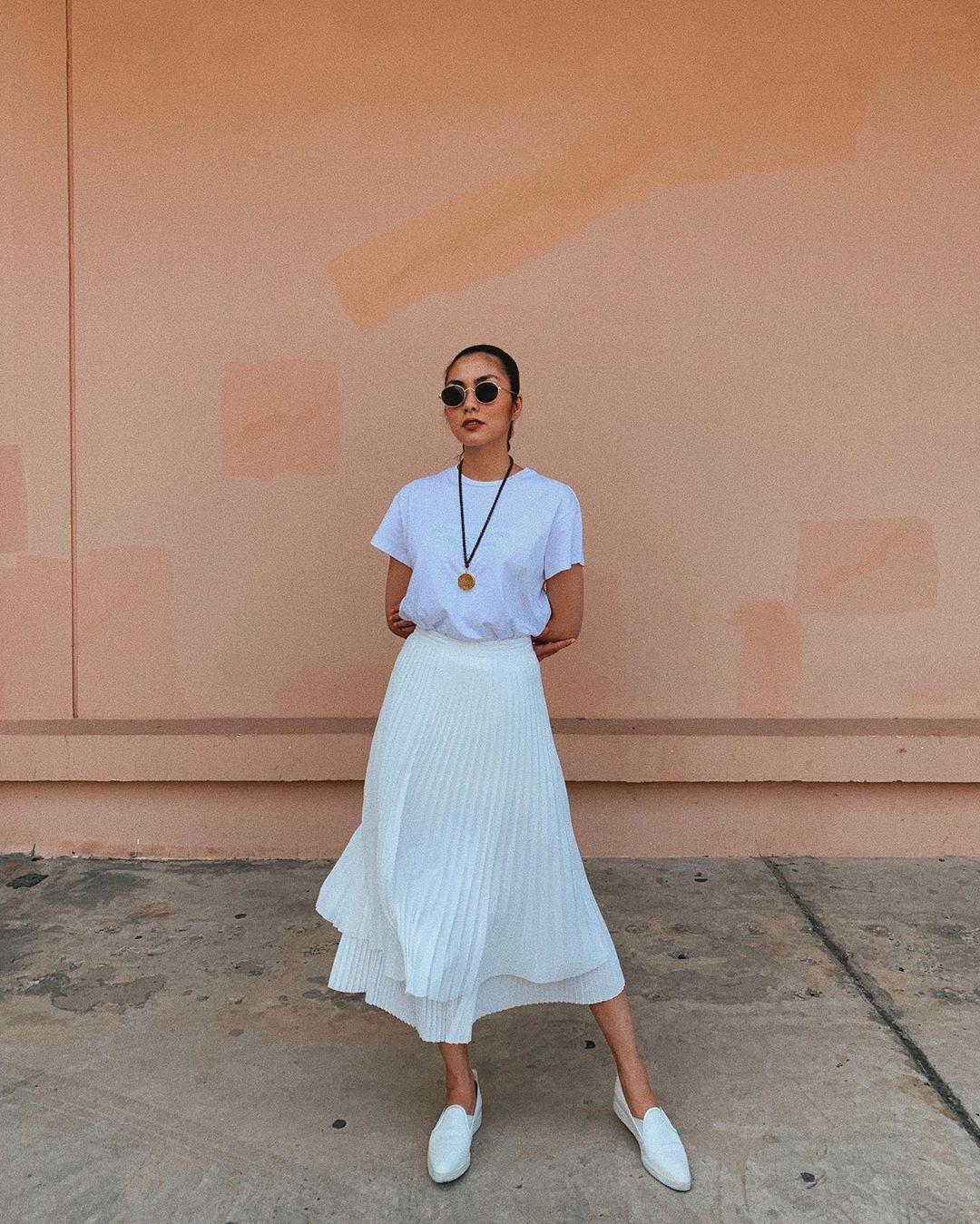 Tăng Thanh Hà mặc áo thun, váy midi xếp ly và giày lười