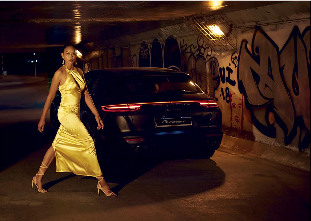 cô gái váy vàng bước đi