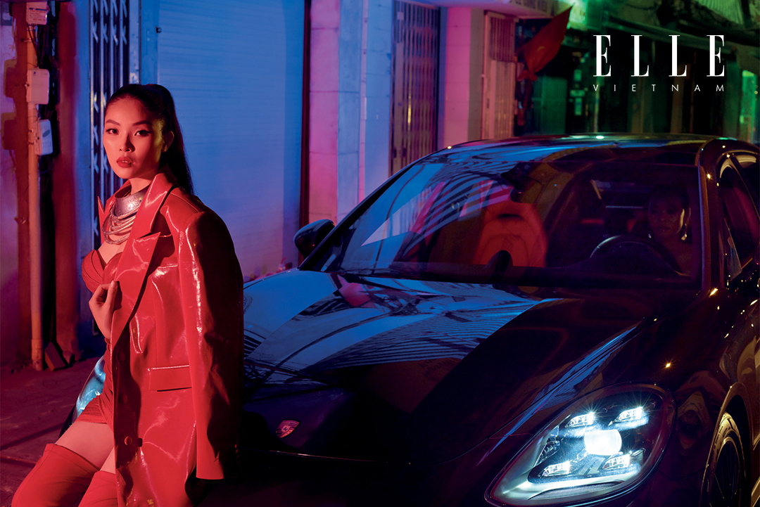 cô gái đứng cạnh xe Porsche