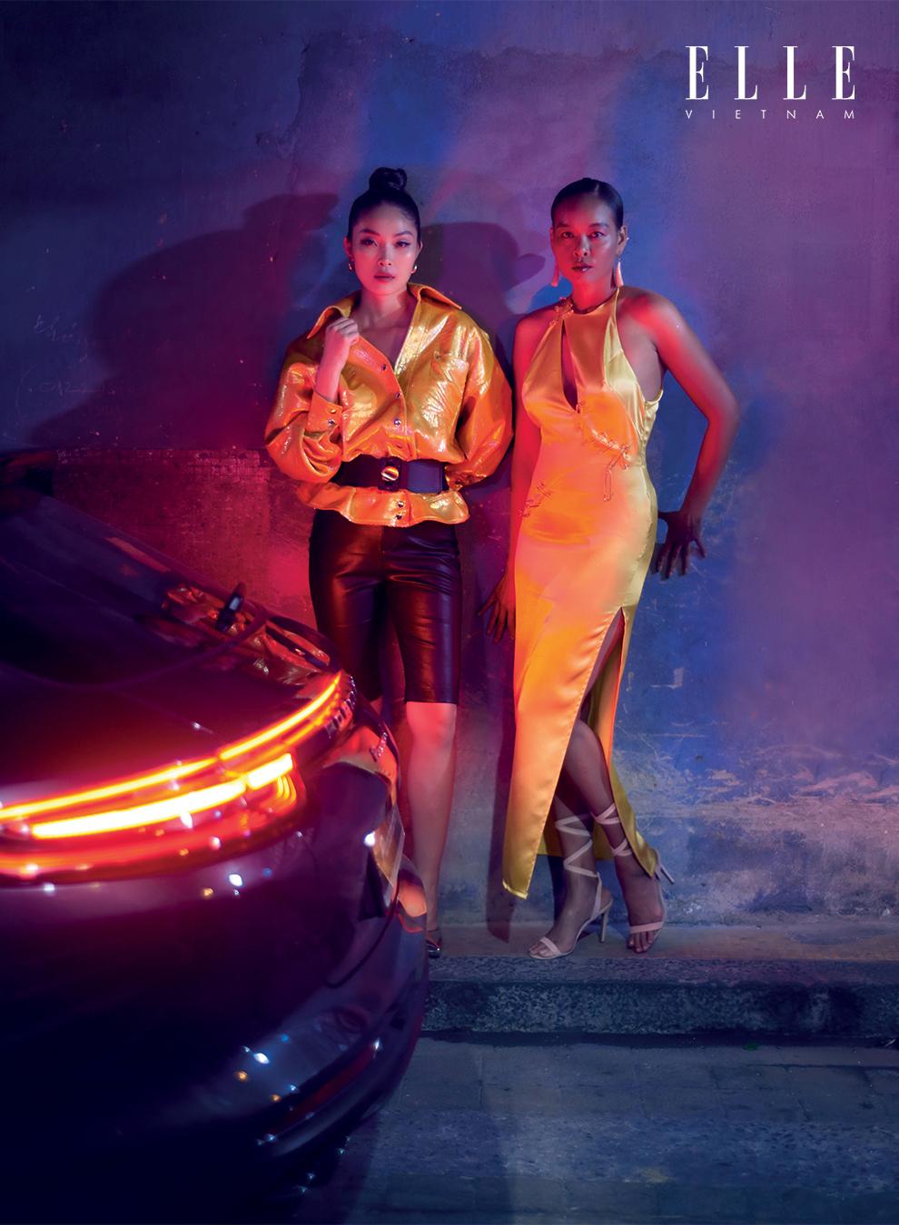 hai cô gái mặc váy vàng ánh kim