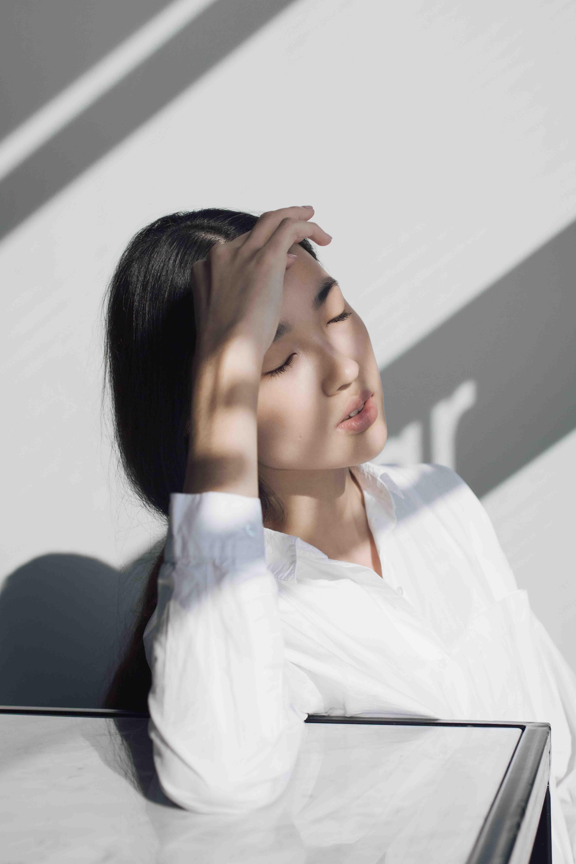 cô gái đau đầu vì vấn đề tinh thần