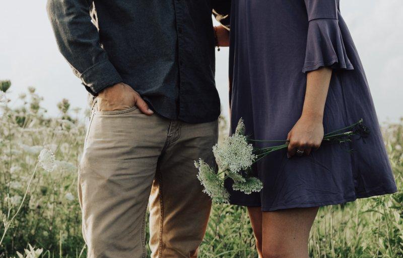 cung hoàng đạo - cặp đôi đứng trên cánh đồng