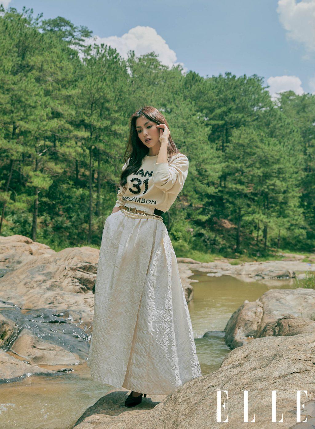 Tăng Thanh Hà mặc chân váy dài màu kem