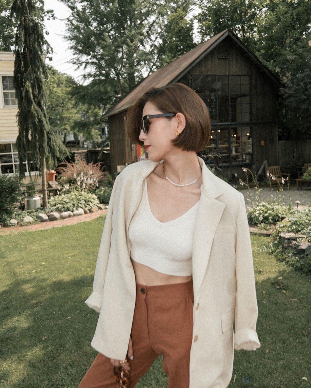 suggyl mặc áo khoác blazer chất liệu vải linen phụ kiện dây chuyền ngọc trai