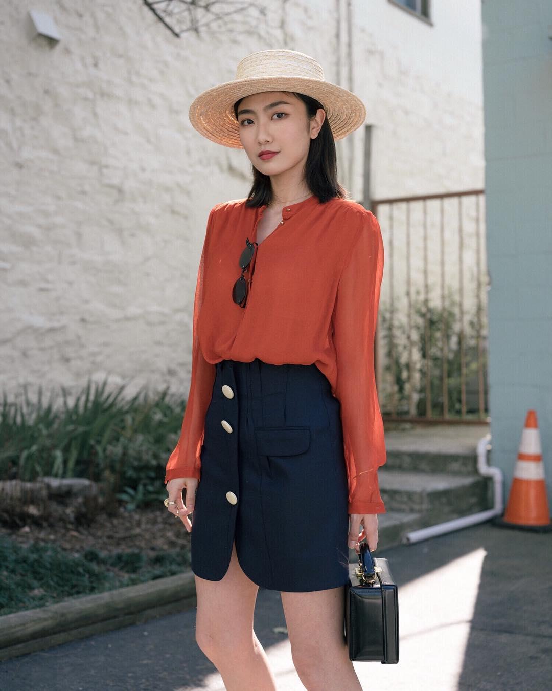 Thời trang cung cự giải - áo sơ mi màu cam và chân váy xanh navy