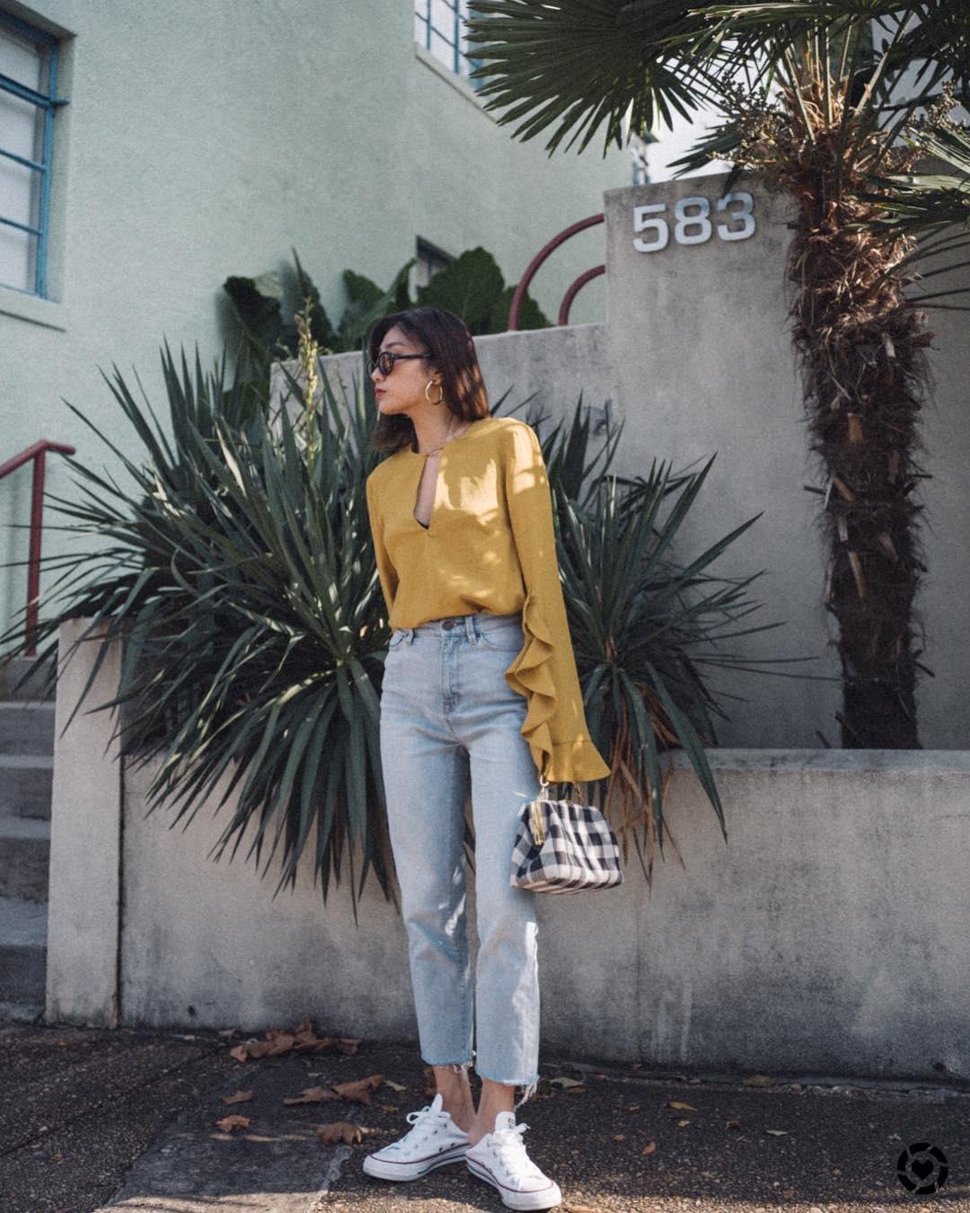 Thời trang cung Cự Giải - Áo sơ mi vàng và quần jeans ống đứng