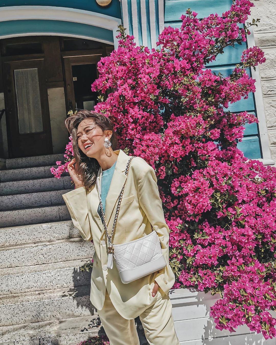 Thời trang cung cự giải - Âu phục vàng pastel và áo thun xanh, túi Chanel trắng