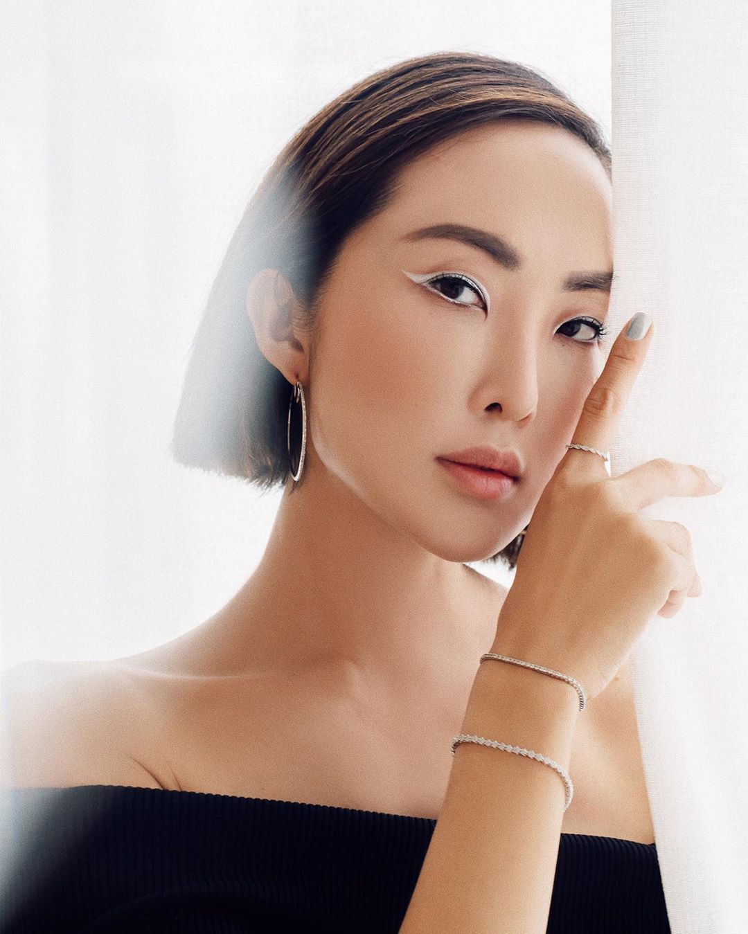 Thời trang cung cự giải - Chriselle Lim đeo trang sức bạc