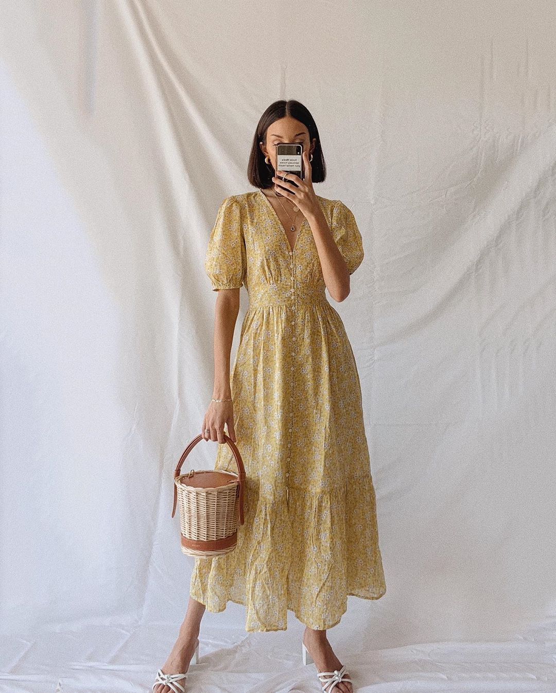 thời trang cung cự giải - đầm xòe in hoa vàng nhạt