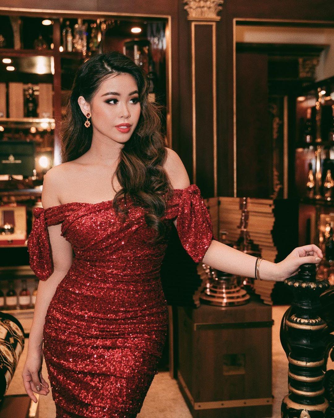 Thời trang cung cự giải - Tiên Nguyễn mặc đầm sequin trễ vai đỏ