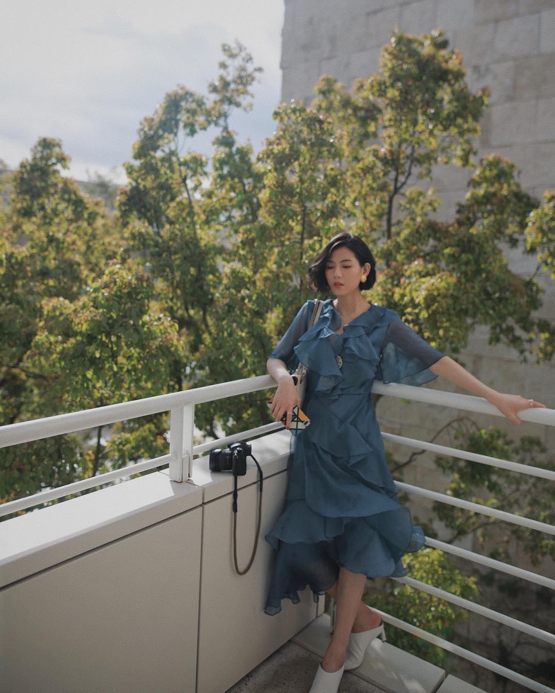 Thời trang cung cự giải - đầm voan màu xanh dương xếp bèo