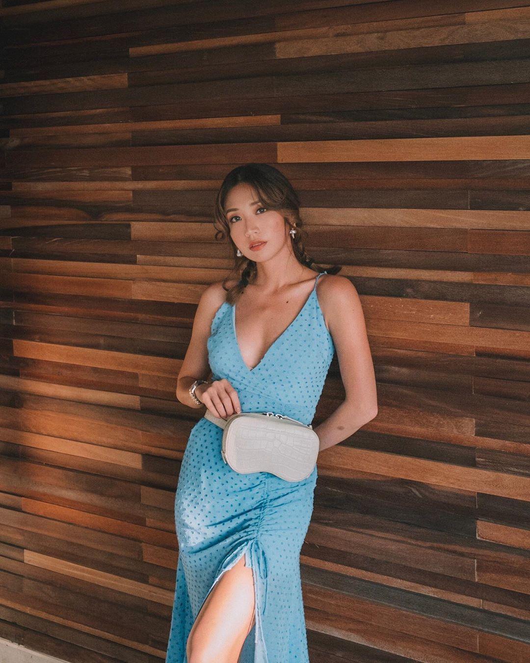 Đầm hai dây chấm bi xẻ tà màu xanh dương