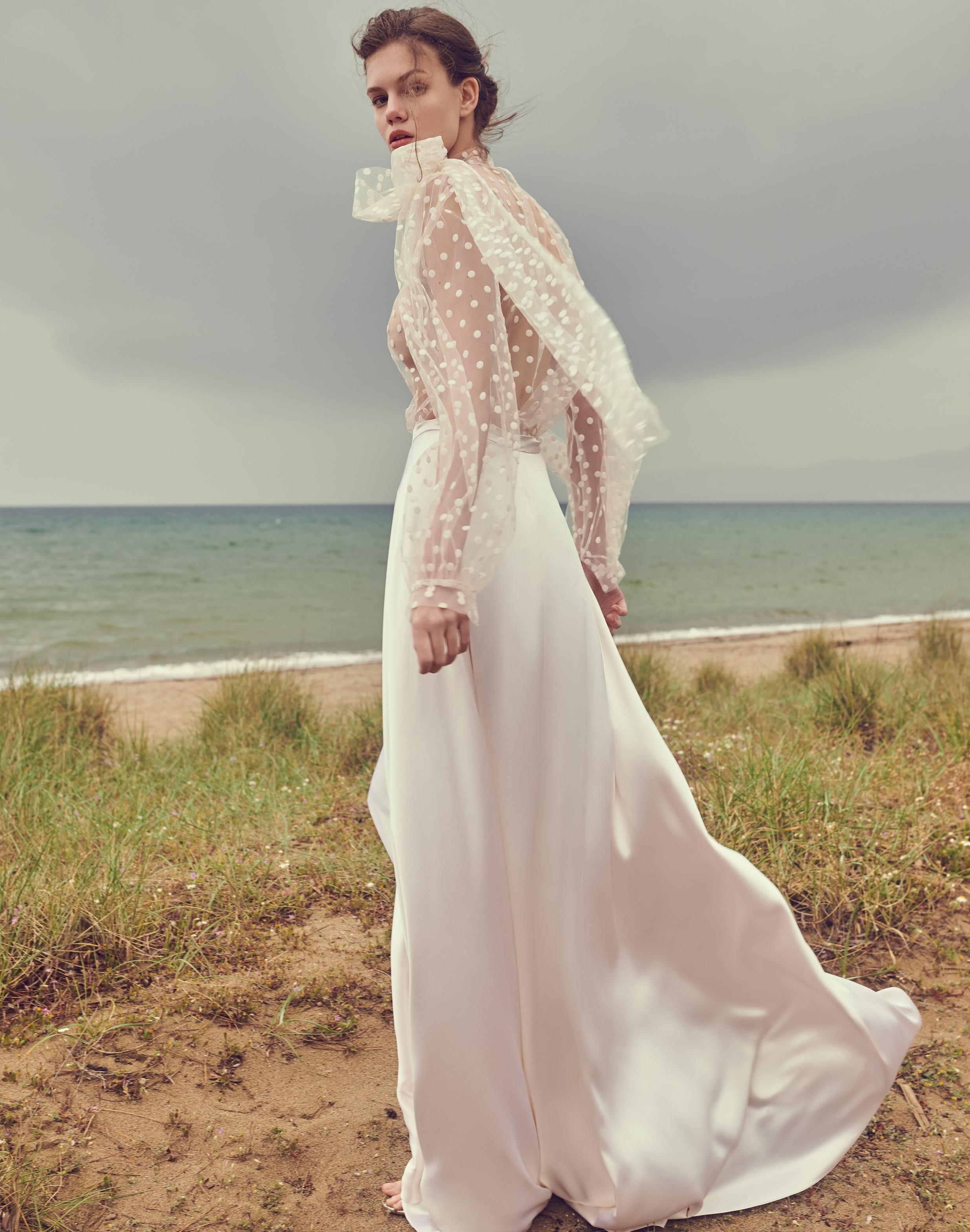 Váy cưới chấm bi xuyên thấu của Costarellos