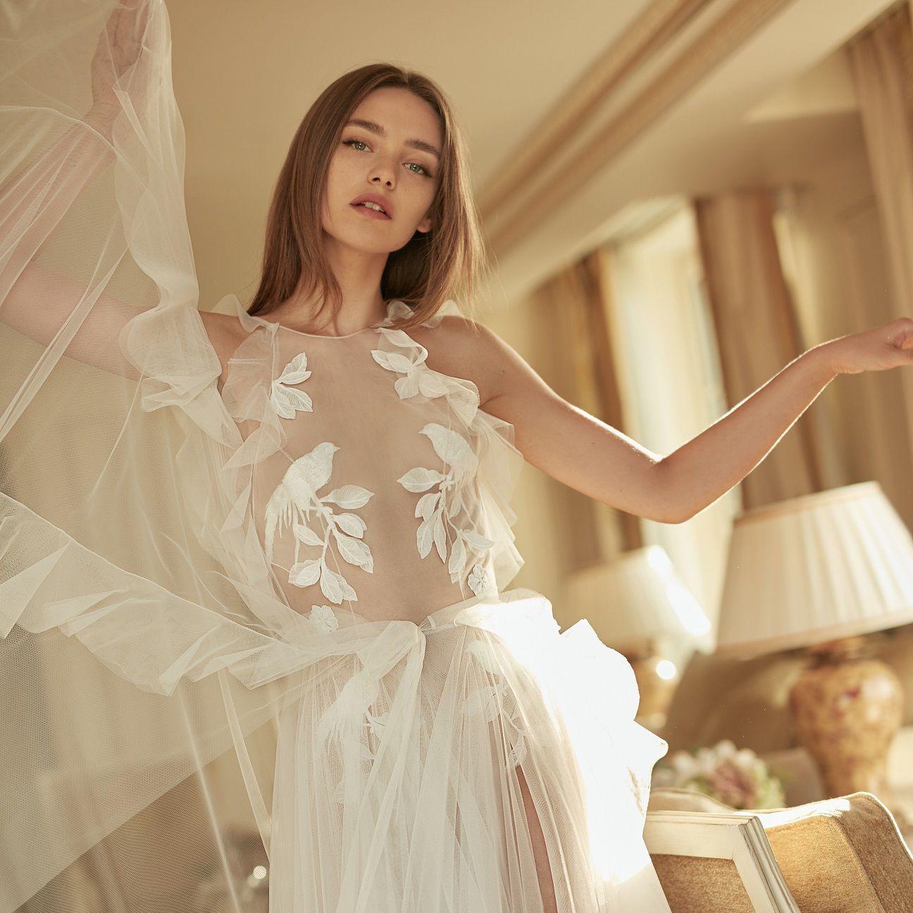 Váy cưới xuyên thấu kết hoa của Eisen Stein