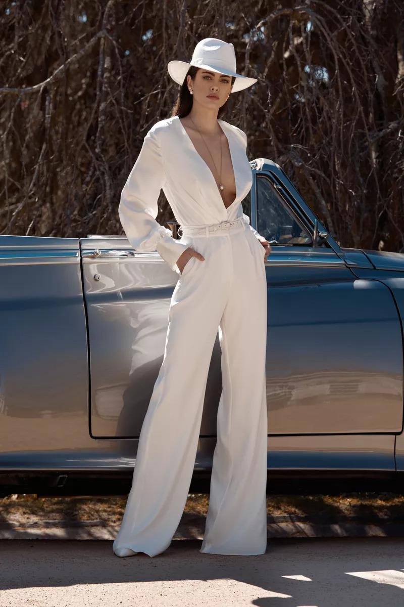 Váy cưới jumpsuit tay dài ống loe của Leah Da Gloria Boheme
