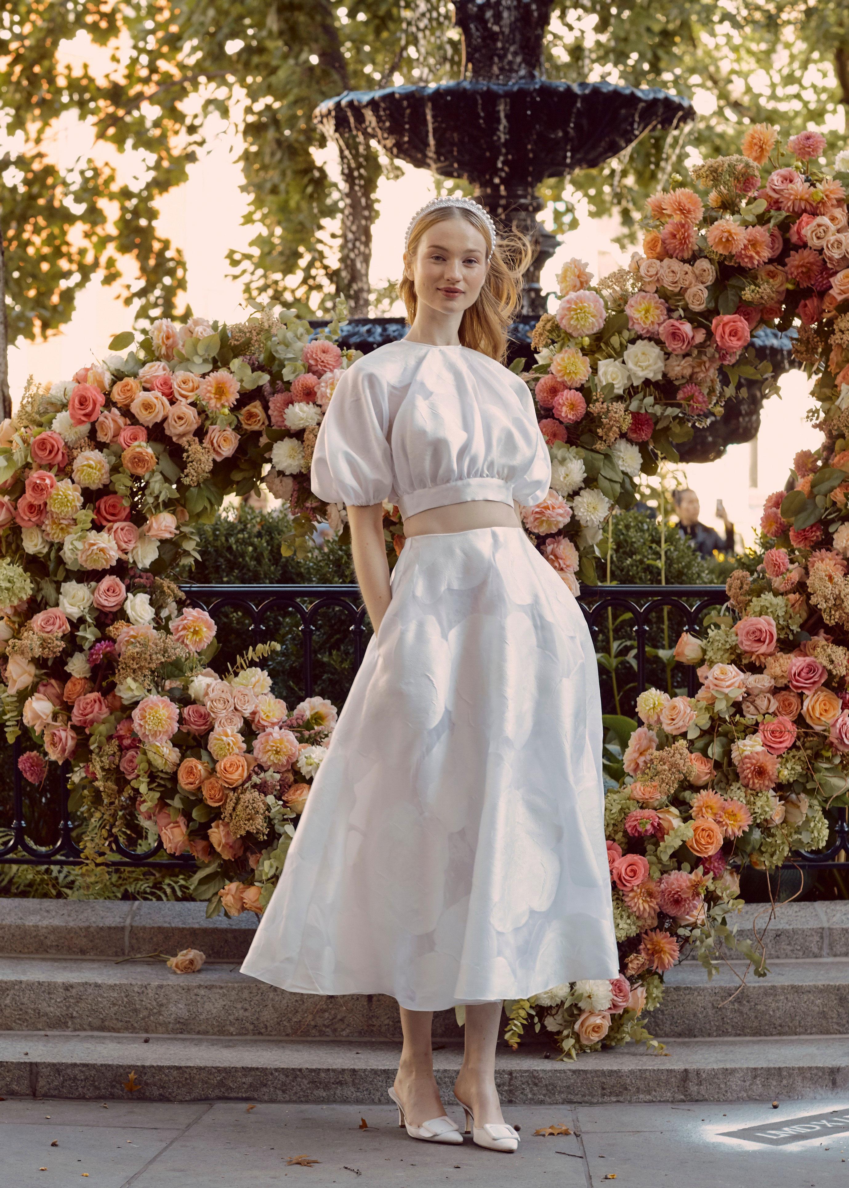 Váy cưới hai mảnh màu trắng của Lela Rose