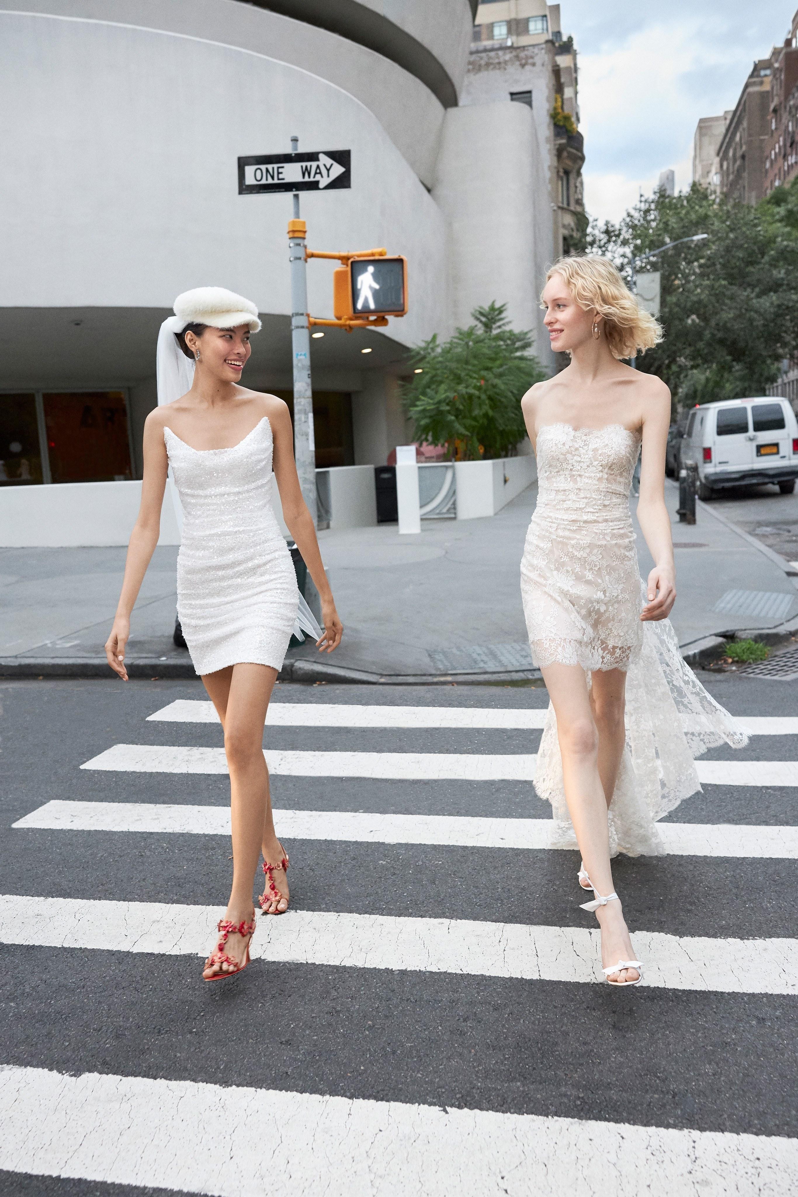 Váy cưới ngắn ôm sát màu trắng của Reem Acra