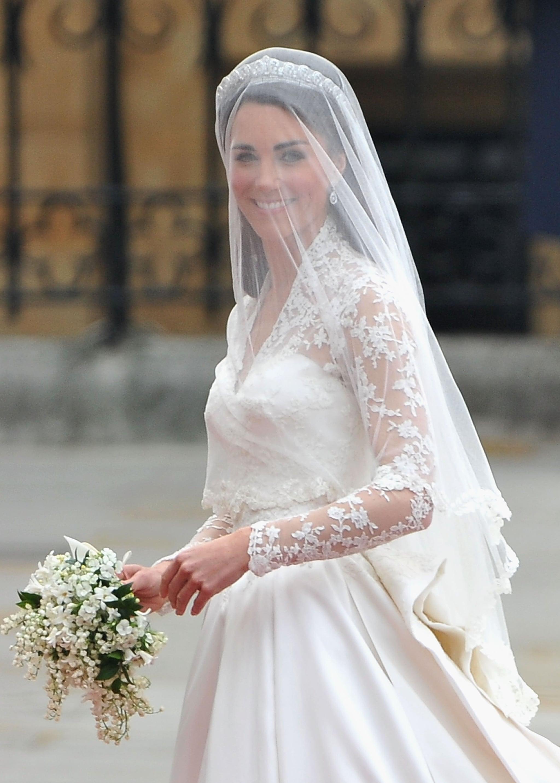 công nương kate middle trong ngày cưới đeo màng che mặt cầm bó hoa cưới kiểu thác nước cascade