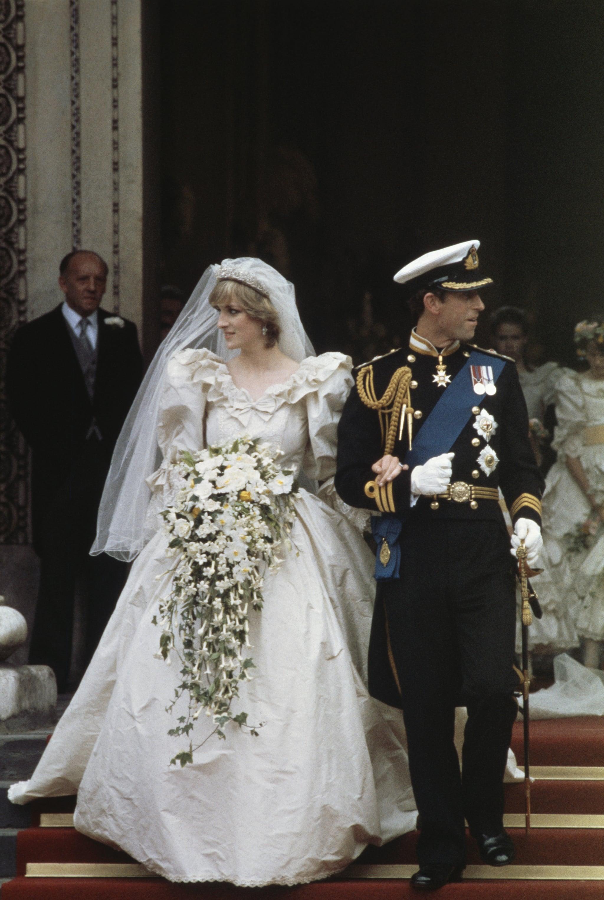 vương phi diana trong ngày cưới mặc bộ váy bồng bềnh cầm bó hoa cưới kiểu thác nước cascade