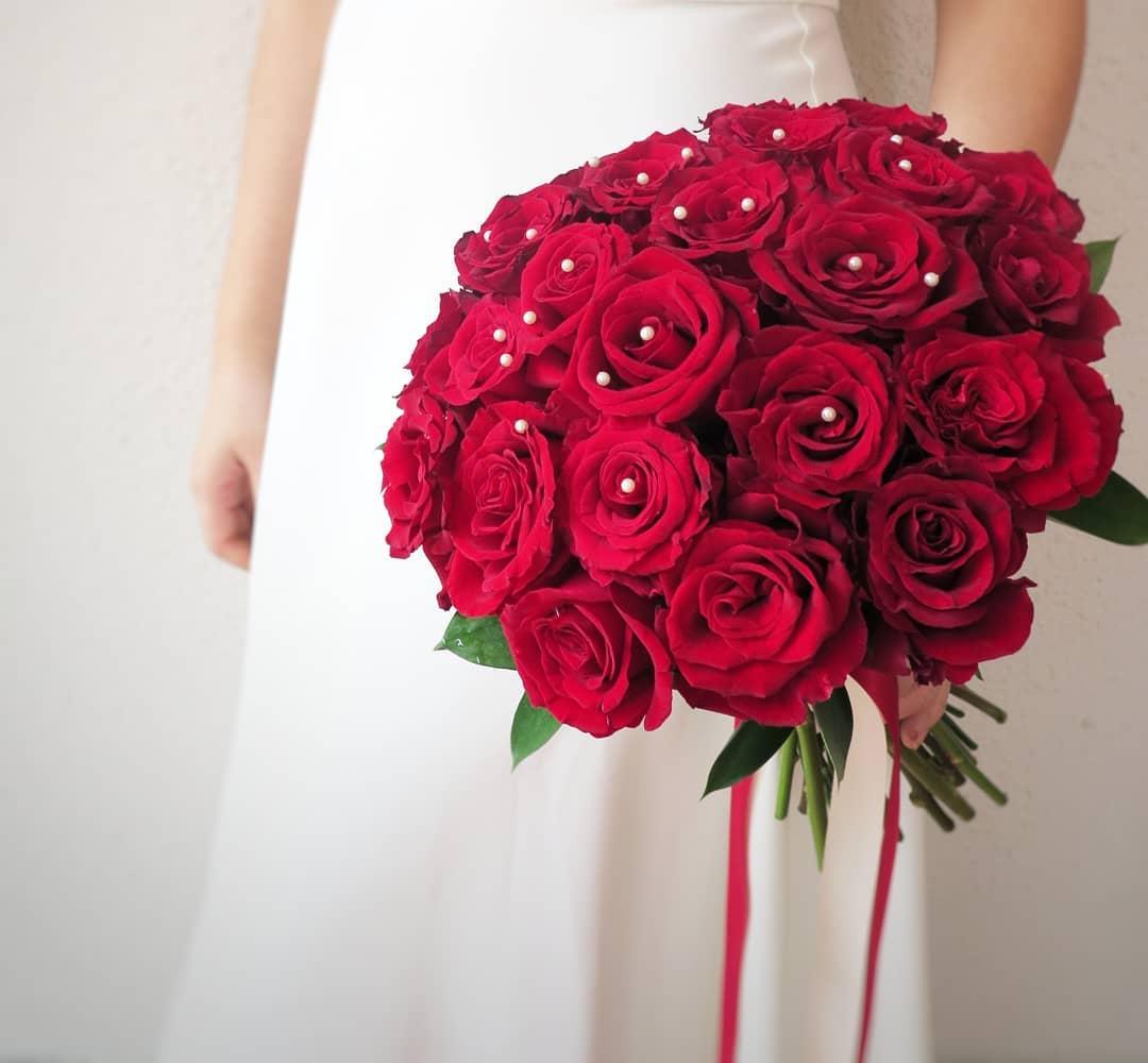 cô dâu cầm hoa cưới dáng tròn biedermeier làm từ hoa hồng đỏ