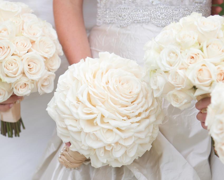 cô dâu cầm hoa cưới kiểu glamelia làm từ hoa hồng trắng