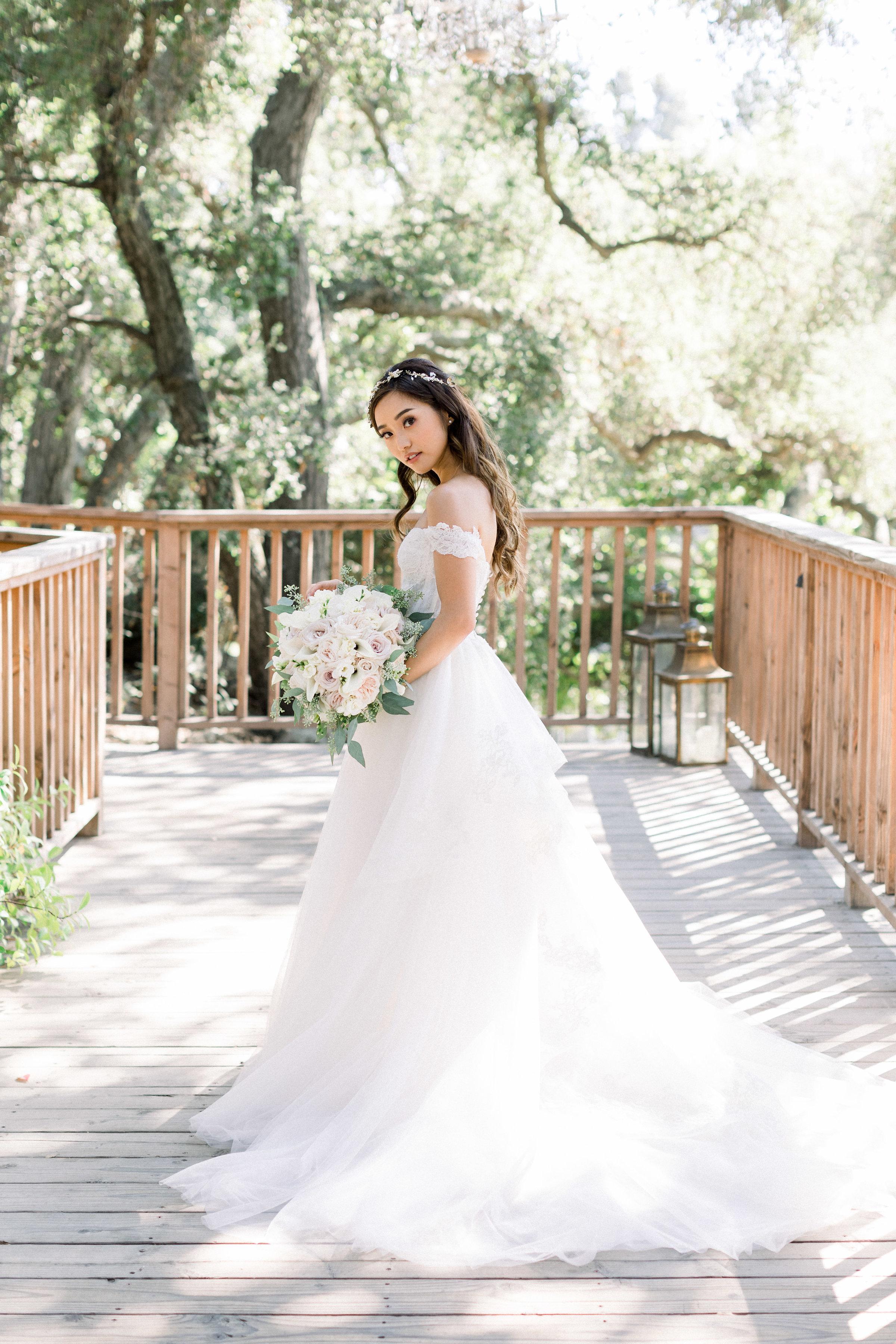jenn im trong ngày cưới mặc đầm trễ vai cầm bó hoa cưới posy trắng