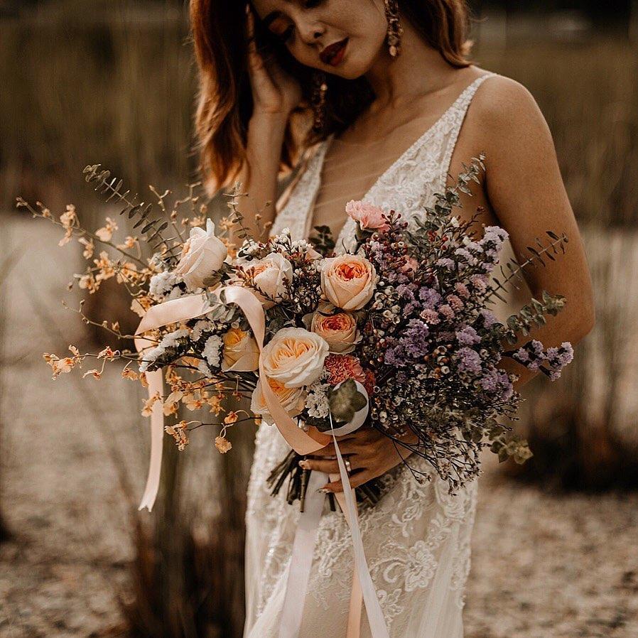 cô dâu phong cách bohemian cầm hoa cưới hình bán nguyệt crescent