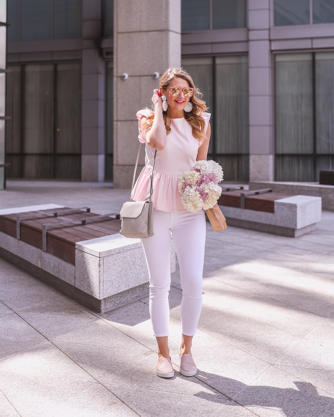 giày lười màu trắng và áo blouse hồng