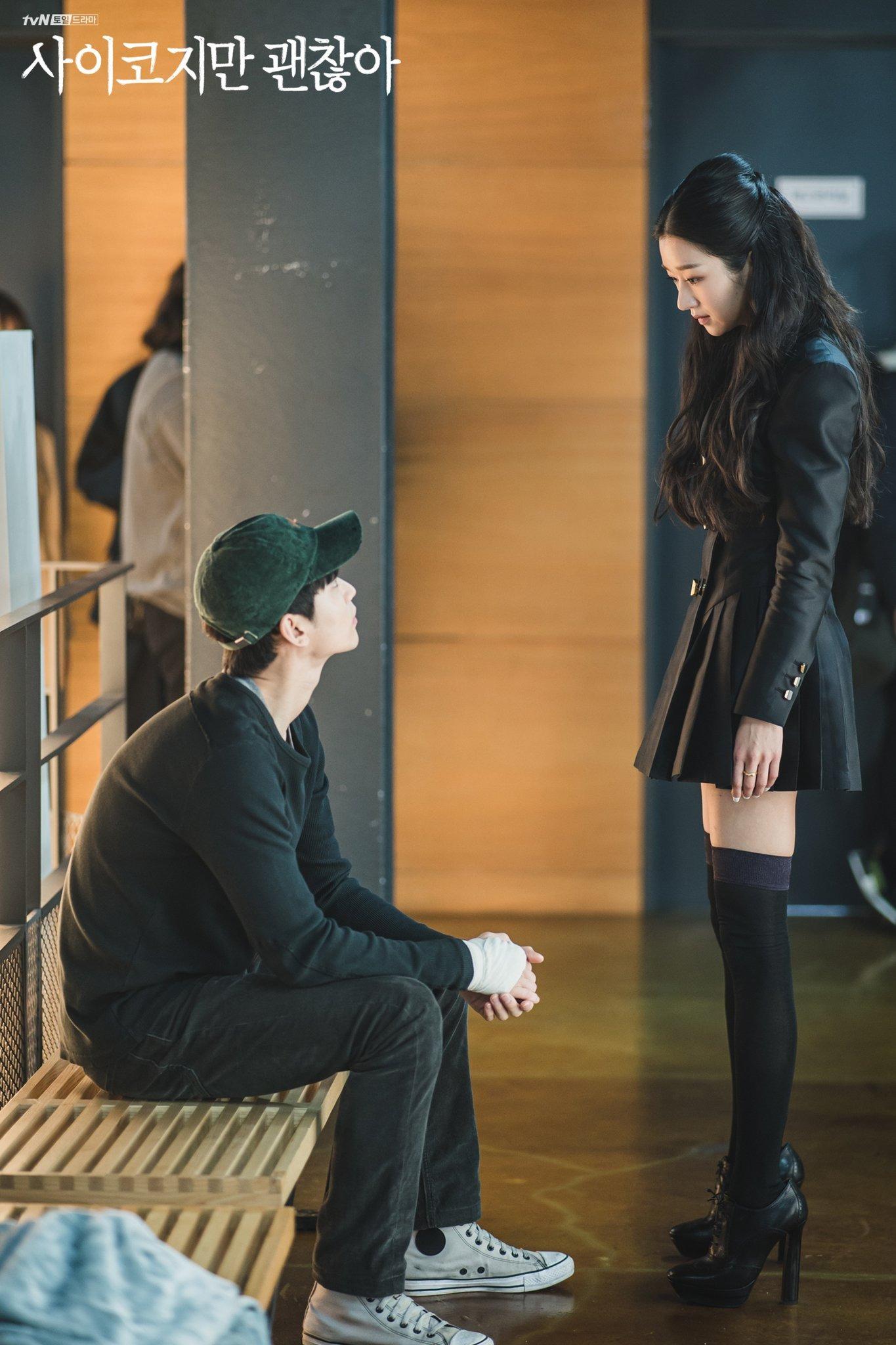 Seo Ye Ji mặc đầm đen ngắn, đeo tất đen, mang giày cao gót đen trong phim điên thì có sao