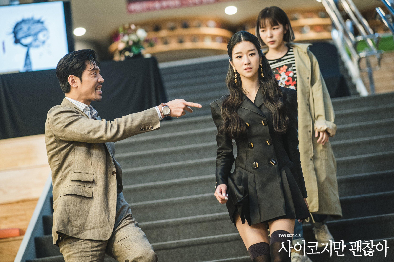 Seo Ye Ji mặc đầm ngắn màu đen trong phim điên thì có sao