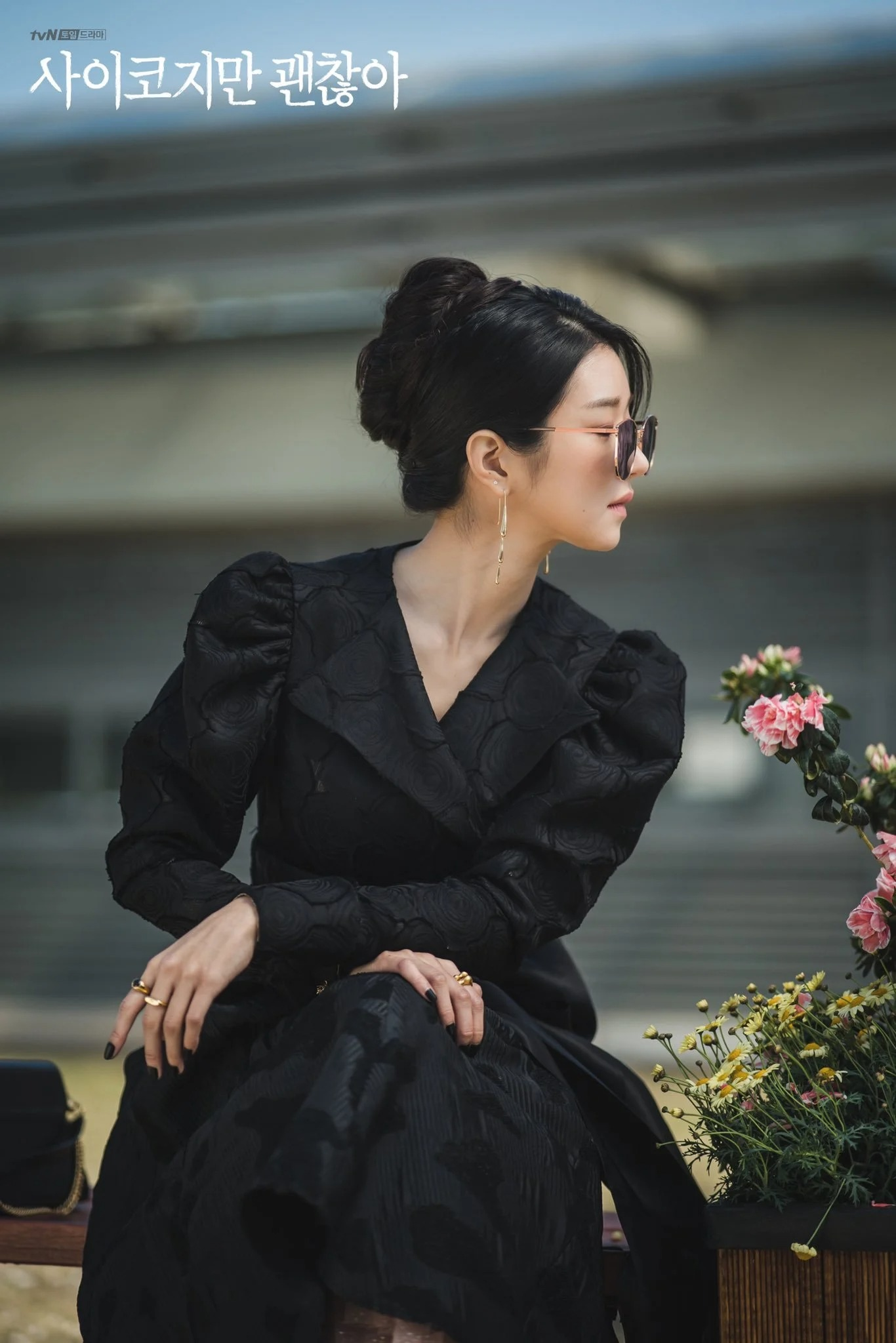Seo Ye Ji mặc đầm tay phồng màu đen trong phim điên thì có sao