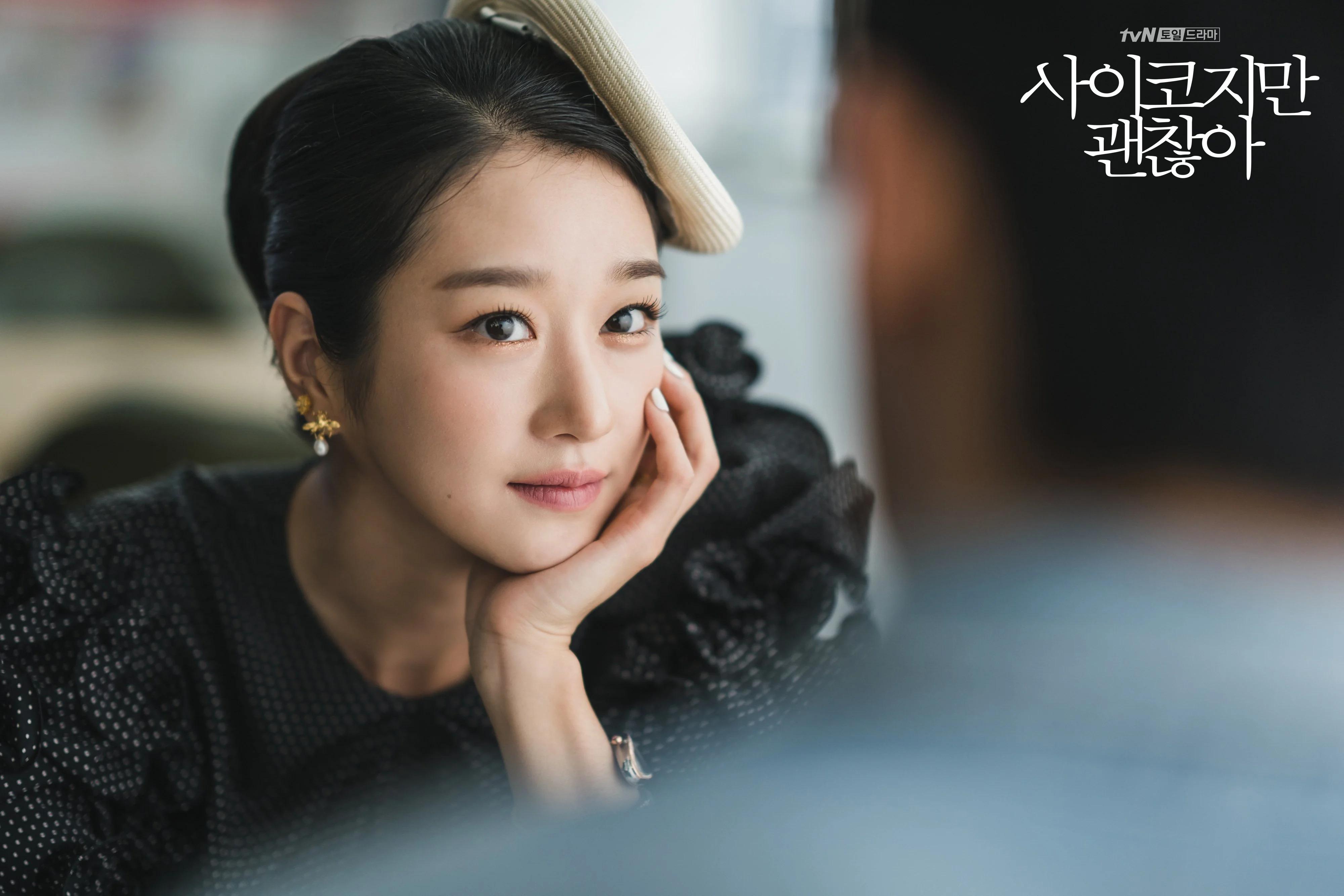 Seo Ye Ji đội mũ lệch cổ điển màu trắng trong phim điên thì có sao