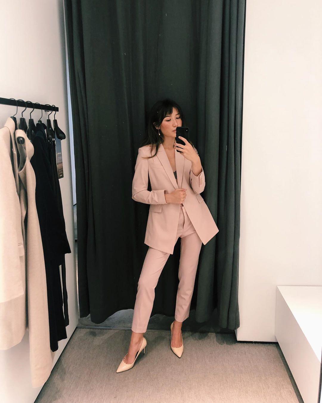 ashley bestdressed mặc bộ suit công sở màu hồng thạch anh rose quartz mang giày cao gót hồng pastel
