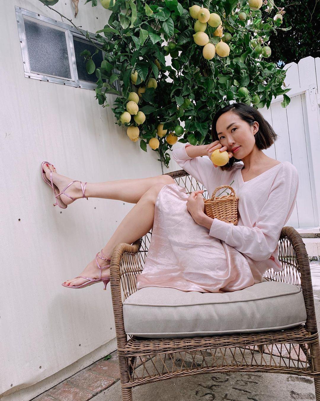 chriselle lim mặc chân váy lụa màu hồng thạch anh mang giày sandals hồng ánh kim