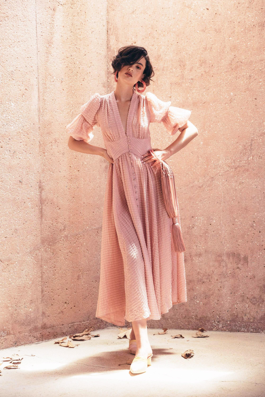 cô gái tóc ngắn mặc đầm dài tay phồng màu hồng thạch anh rose quartz đeo hoa tai đá tròn