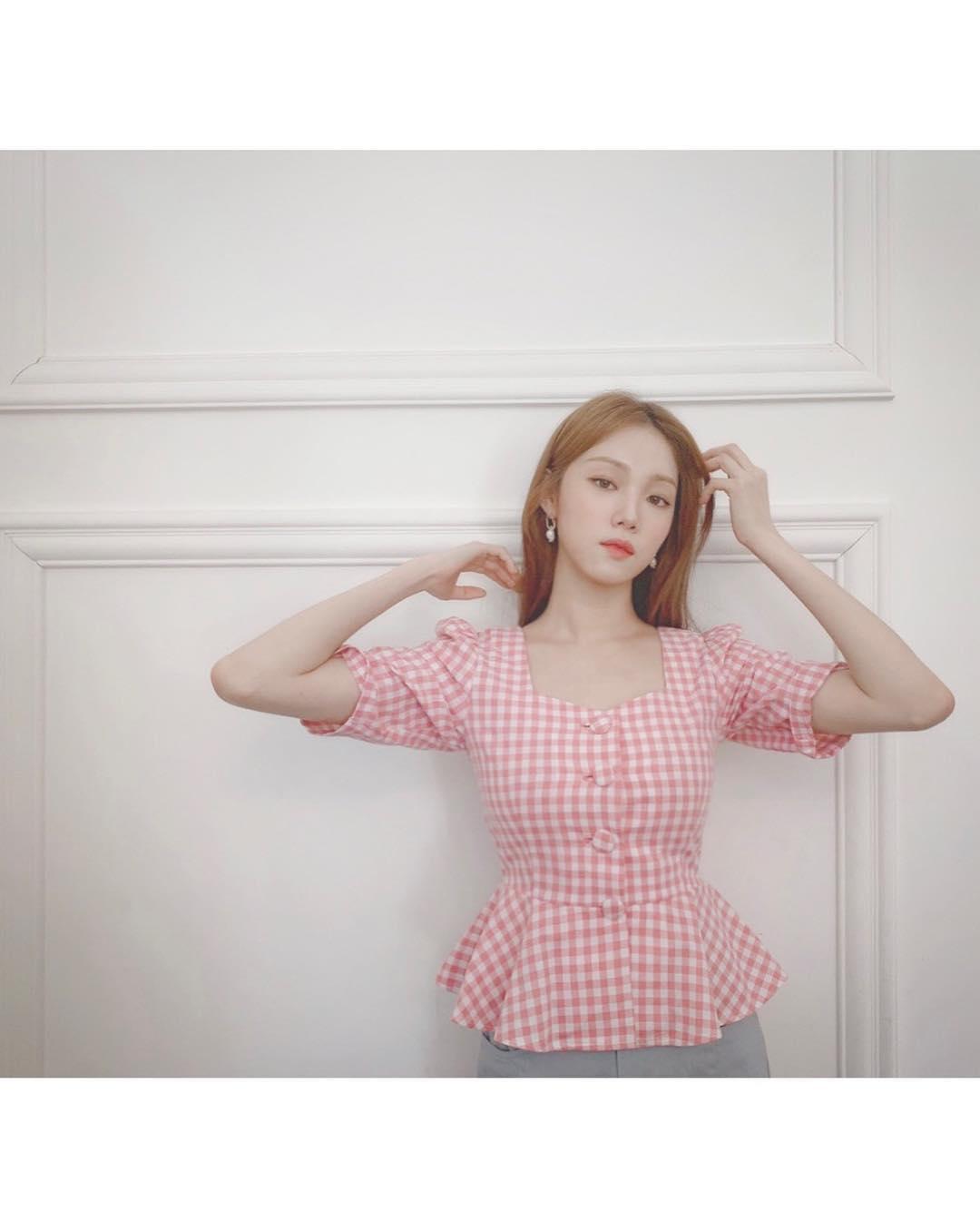 lee sung kyung mặc áo màu hồng thạch anh rose quartz họa tiết gingham