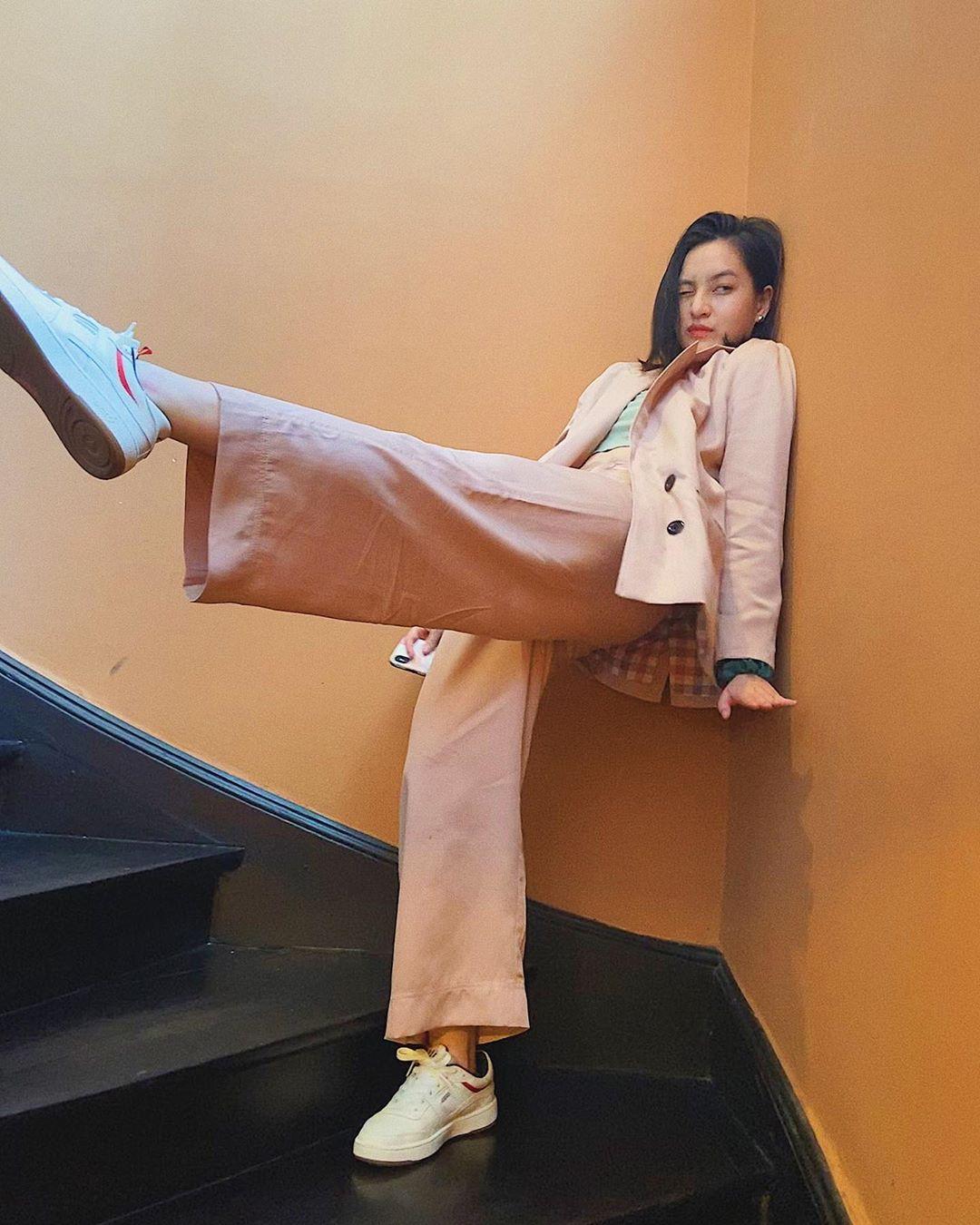 thảo tâm mặc bộ suit công sở màu hồng thạch anh rose quartz mang giày sneaker trắng