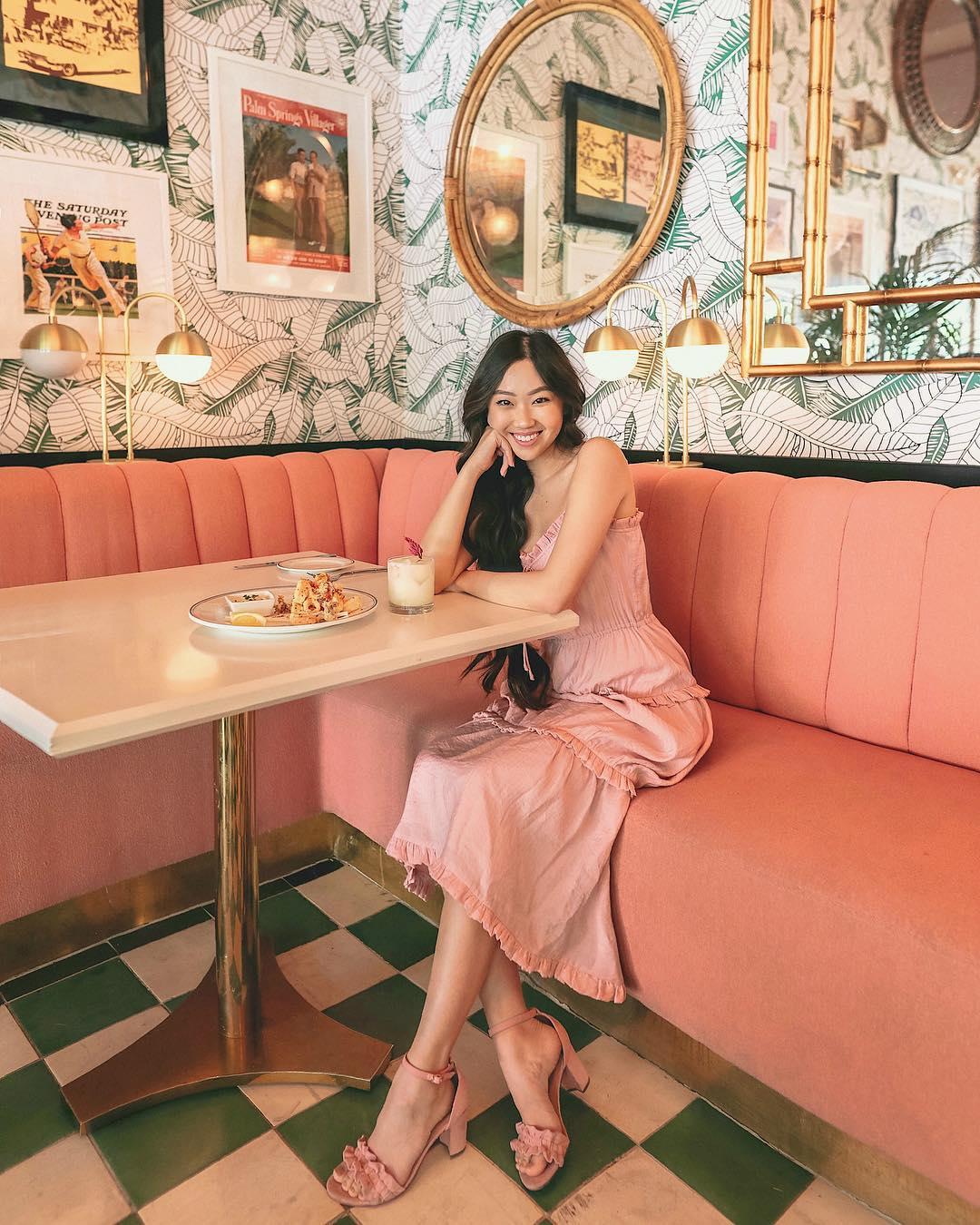 waikei tong mặc đầm hai dây màu hồng thạch anh mang giày sandal cao gót màu rose quartz