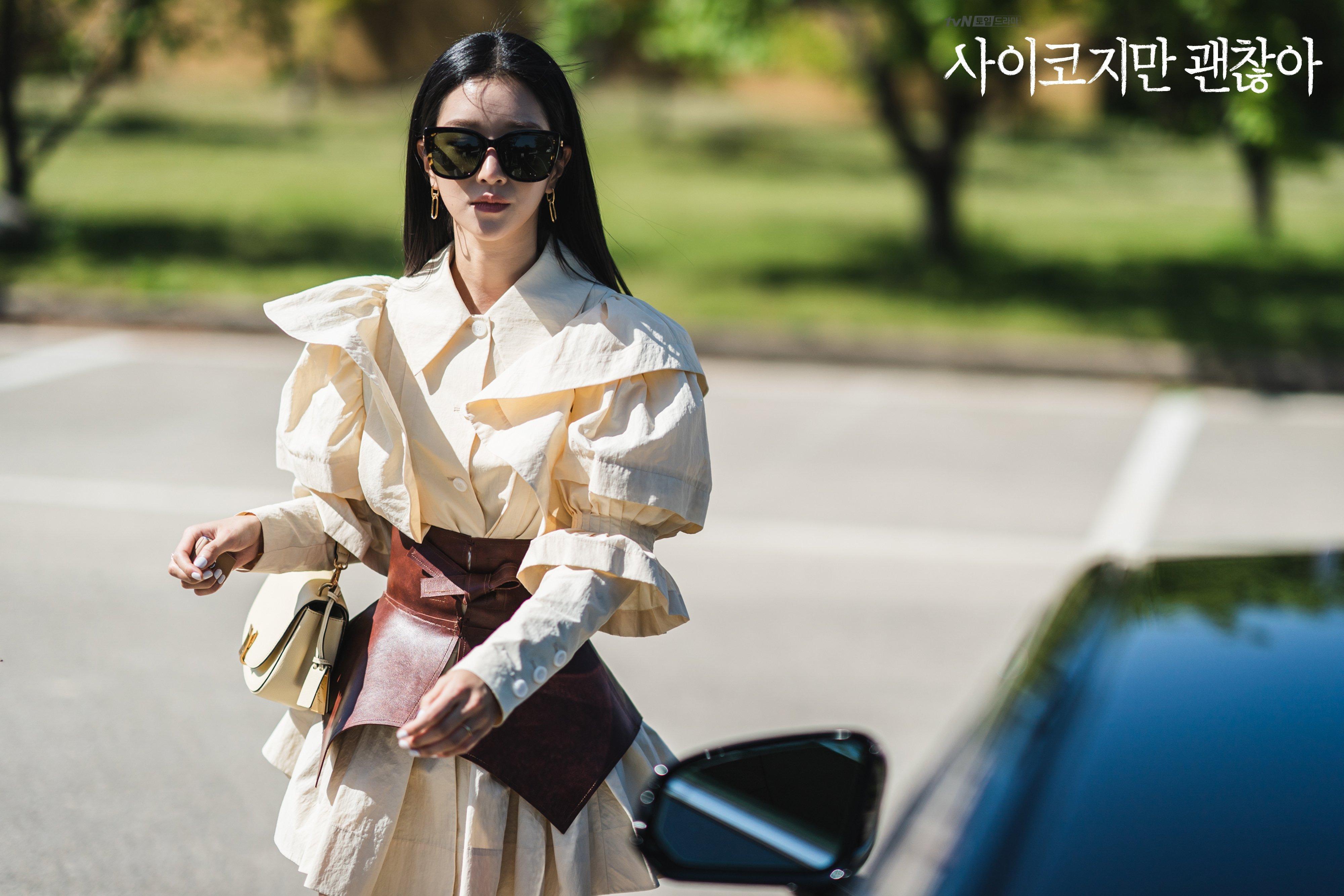 Seo Ye Ji mặc áo tay phồng, thắt lưng to bản trong phim it's okay to not be okay