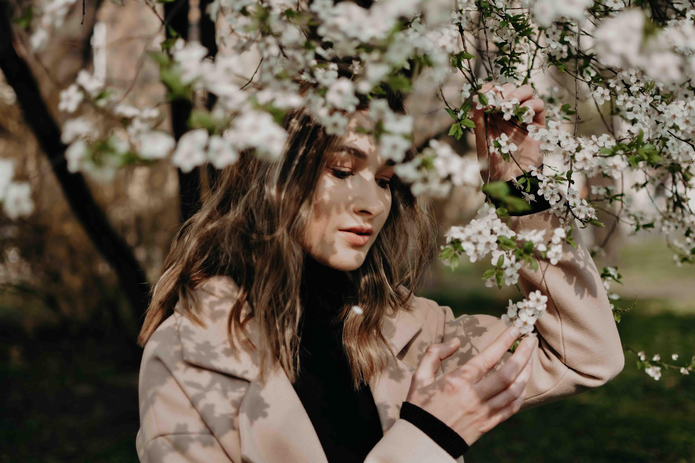 cô gái chạm vào bông hoa để cảm nhận cảm xúc