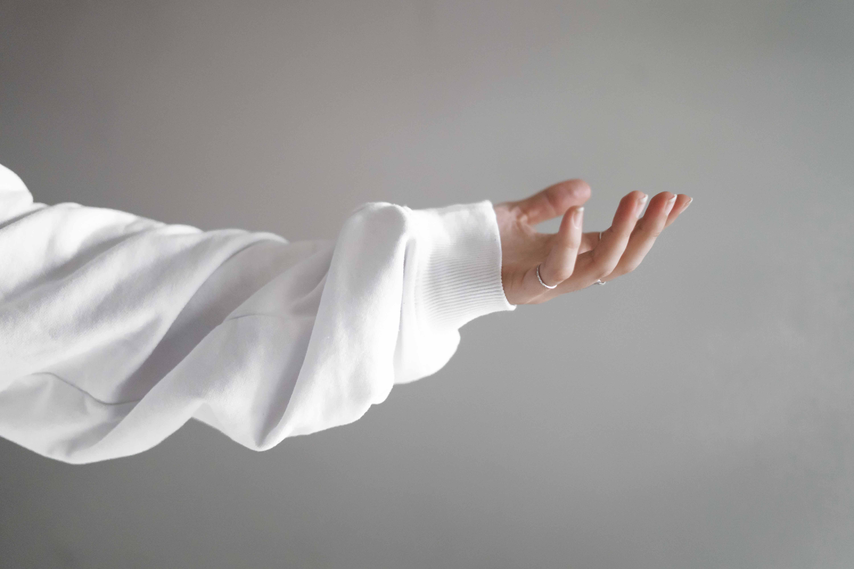 cô gái đưa bàn tay để cảm nhận cảm xúc