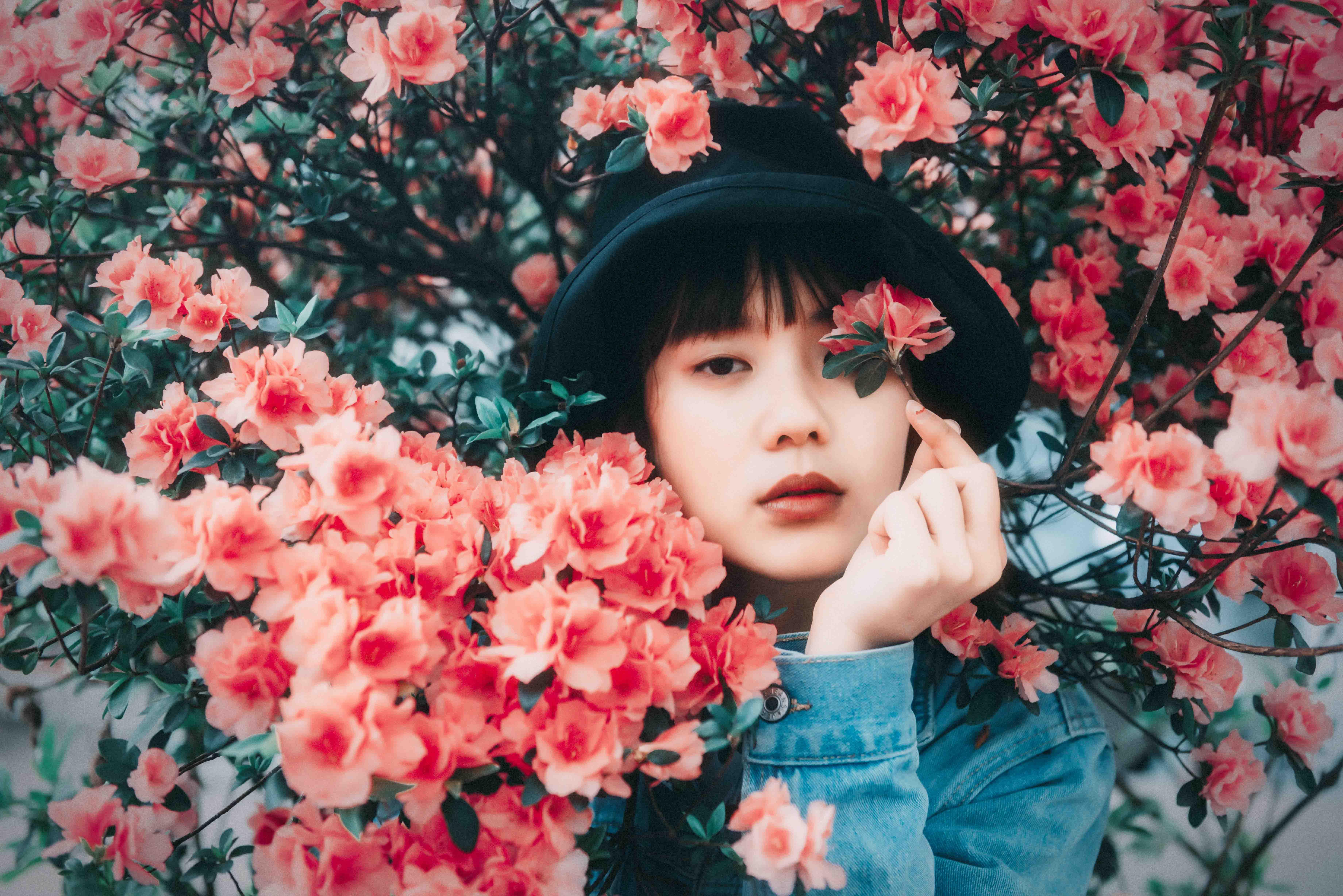 người hướng nội cầm bông hoa giấy