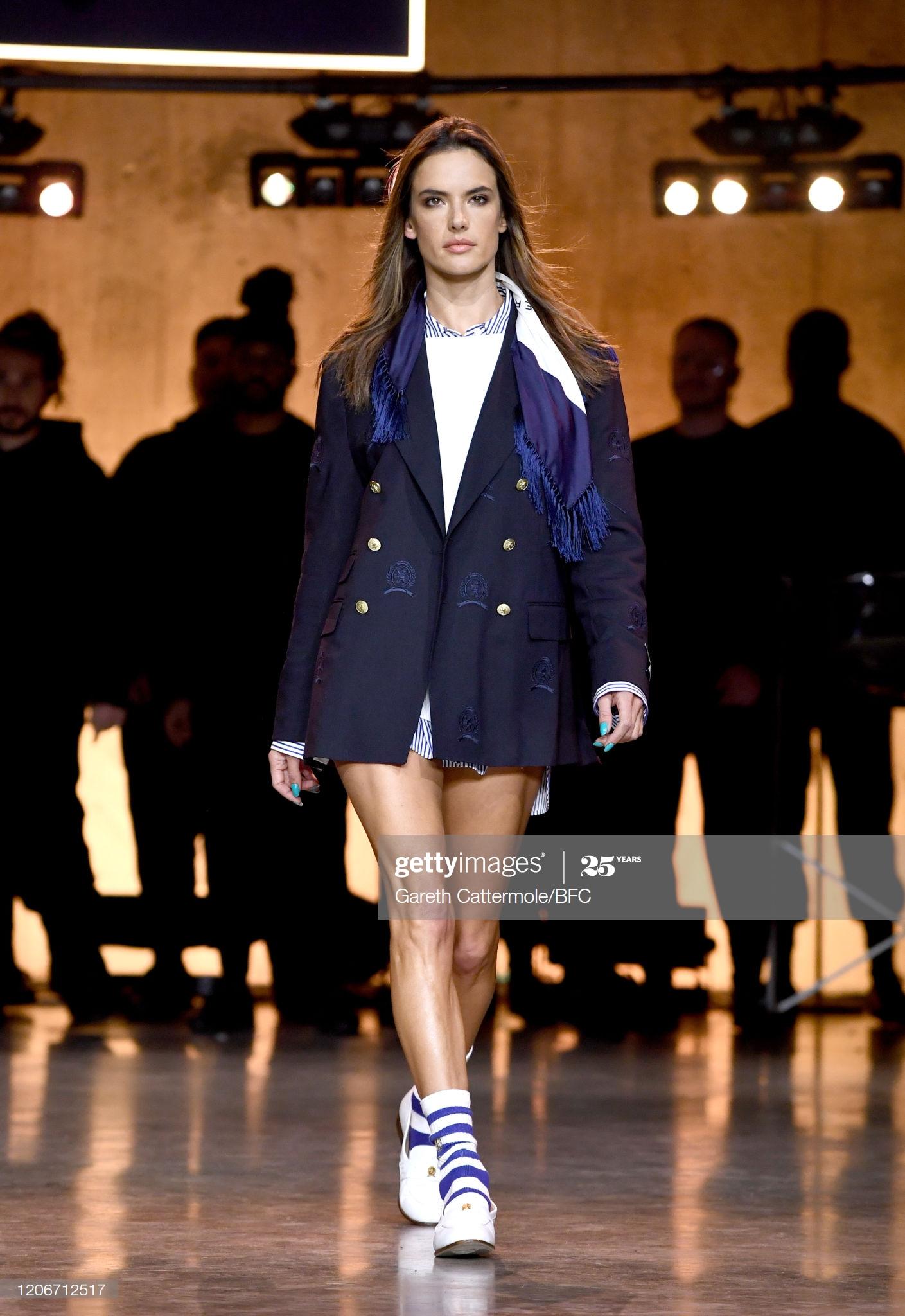 cựu thiên thần Victoria's Secret Alessandra Ambrosio tại TommyNow show London Fashion Week 2020