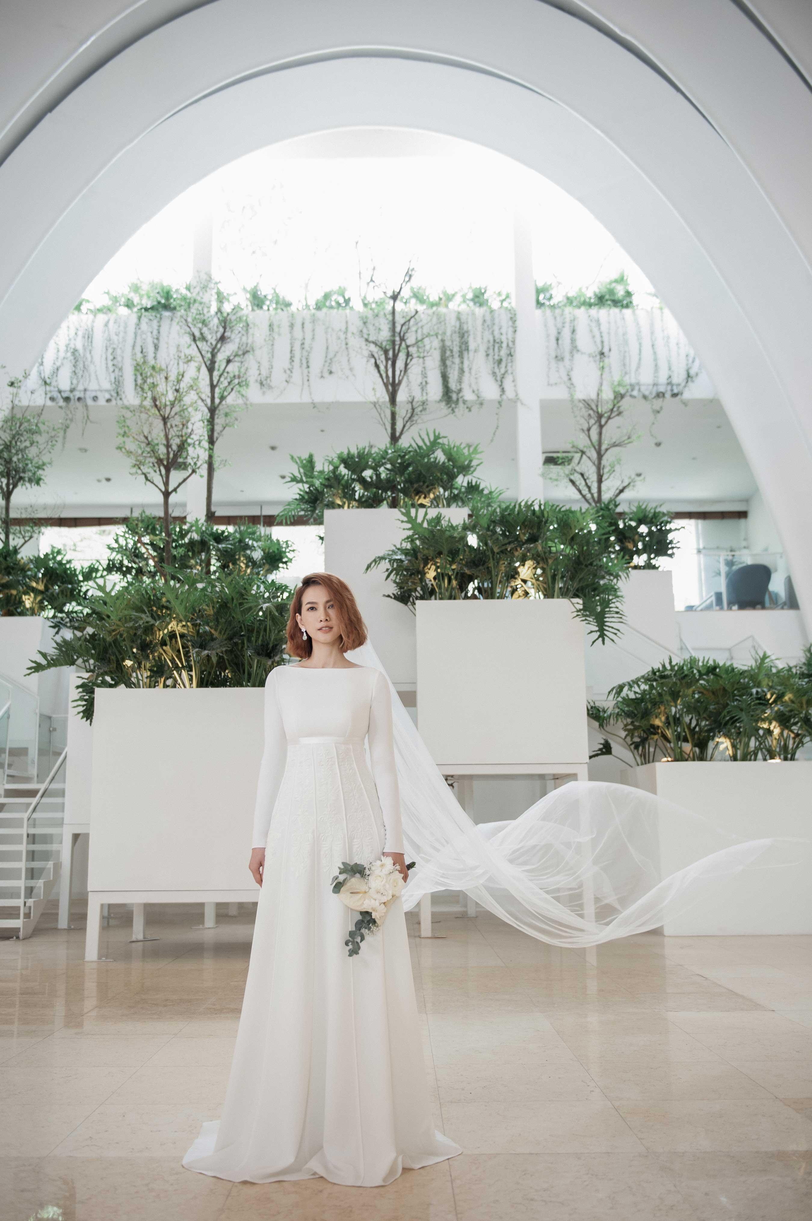 Váy cưới tối giản màu trắng tay dài của Trương Thanh Hải
