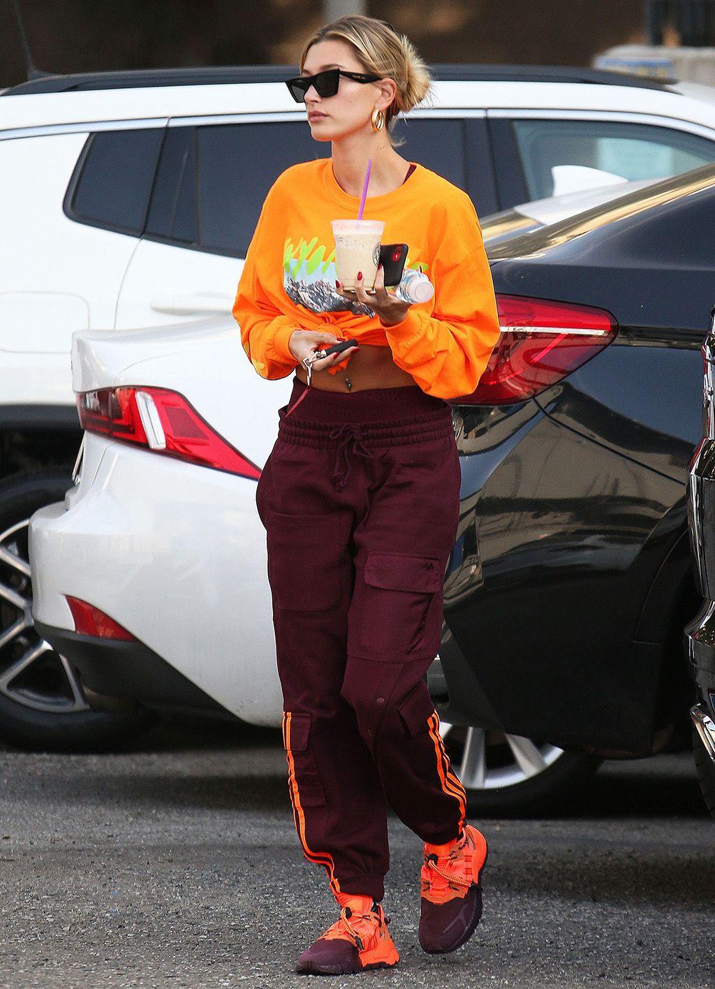 hailey baldwin bieber măc áo crop top quần tracksuit theo phong cách thời trang athleisure