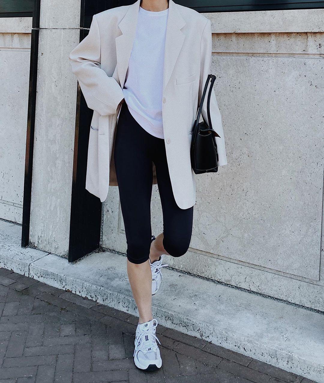 modedamour mặc áo thun trắng quần biker shorts theo phong cách thời trang athleisure